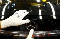 Un empleado del fabricante alemán de automóviles Mercedes Benz ajusta la característica estrella de la marca en un modelo GLA de su línea de producción en la fábrica en Rastatt.  REUTERS/Kai Pfaffenbach. El crecimiento en el sector privado alemán se desaceleró por segundo mes consecutivo en febrero, mostró un sondeo el lunes, lo que sugiere que la mayor economía de Europa está sintiendo la presión de una desaceleración en los mercados emergentes. La lectura preliminar del índice de gerentes de compras de Markit (PMI), que registra la actividad de manufacturas y servicios que responden por más de dos tercios de la economía germana, bajó a 53,8 desde 54,5 en enero.