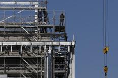 En la imagen, trabajadores laboran en un sitio de construcción en Tokio, Japón. 22 de enero, 2016. El crecimiento de la actividad manufacturera de Japón se ralentizó con fuerza en febrero, luego de que los nuevos pedidos de exportación exhibieron su contracción más severa en tres años, una señal preocupante de que la demanda en el extranjero se está deteriorando rápidamente, mostró un sondeo preliminar el lunes. REUTERS/Toru Hanai