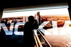 """Nokia veut accélérer dès cette année ses investissements dans la 5G et pourrait dès le début 2017 commercialiser des équipements """"5G-ready"""" permettant aux opérateurs de faire la transition vers cette norme qui n'est pas encore totalement définie. De son côté, Ericsson prévoit seulement 150 millions d'utilisateurs pour la 5G au cours des cinq prochaines années. /Photo d'archives/REUTERS/LEHTIKUVA/Roni Rekomaa"""