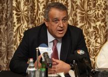 En la imagen, el ministro de Petróleo venezolano, Eulogio del Pino, asiste a una conferencia de prensa en Doha, Qatar. 16 de febrero, 2016. Un acuerdo para congelar la producción de crudo podría ayudar a impulsar los precios en entre 10 y 15 dólares por barril hacia mediados de año, dijo el lunes el ministro de Petróleo de Venezuela, Eulogio Del Pino, quien también llamó a los países dentro y fuera de la OPEP a sumarse al pacto.  REUTERS/Naseem Zeitoon
