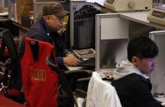 Operadores en sus puestos de trabajo en la Bolsa de Comercio de Hong Kong, oct 28, 2014. Las bolsas de Asia subían el lunes mientras los inversores aguardan una serie de datos económicos de febrero para tomar el pulso de la economía global, y la libra esterlina caía por el temor a que el Reino Unido vote por abandonar la Unión Europea.  REUTERS/Bobby Yip