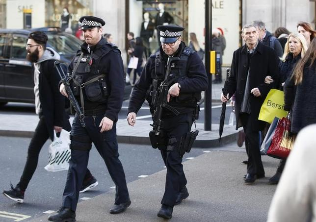2月22日、ユーロポール長官は、英国がEUを離脱すれば、武装攻撃などから市民を守ることが難しくなるとの見方を示した。写真はロンドンの武装警察官ら。昨年12月撮影(2016年 ロイター/Peter Nicholls/files)