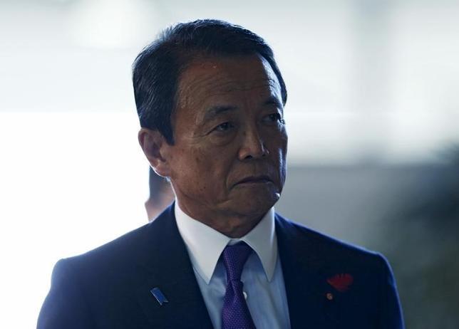 2月23日、麻生太郎財務相兼金融担当相は、金融庁で開かれた年度末金融の円滑化に関する意見交換会で、「日銀のマイナス金利政策の目的を理解し、金融機関は右往左往せず対応してほしい」と述べた。写真は都内で昨年10月撮影(2016年 ロイター/Yuya Shino)