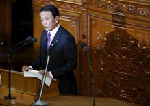 El ministro de Finanzas de Japón, Taro Aso, no descartó el martes la posibilidad de un presupuesto suplementario para reactivar la economía al inicio del año fiscal que comienza en abril.  En la imagen, el ministro de Finanzas japonés, Taro Aso, habla durante una sesión de la cámara baja del parlamento de Tokio, el 4 de enero de 2016. REUTERS/Toru Hanai