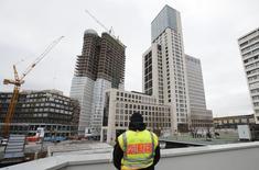 La confianza empresarial alemana cayó por tercer mes consecutivo en febrero para alcanzar su nivel más bajo en más de un año, mientras las perspectivas de las empresas manufactureras se hundían a niveles no vistos desde poco después de la quiebra de Lehman Brothers en 2008. En la aimagen, un policía mirando frente al hotel Waldorf Astoria (centro) en Berlín, el 16 de febrero de 2016. REUTERS/Fabrizio Bensch
