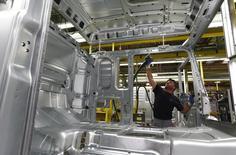En la imagen, un operador trabaja en una línea de producción de camiones de MAN en Munich, Alemania el 30 de julio de 2015. La confianza empresarial alemana cayó por tercer mes consecutivo en febrero hasta mínimos de más de un año, ya que las perspectivas de las empresas manufactureras se hundieron a niveles no vistos desde poco después de la quiebra de Lehman Brothers en el 2008. REUTERS/Michaela Rehle