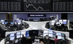 Deutsche Börse y London Stock Exchange están explorando un nuevo intento de fusión para crear una gran plataforma de negociación europea potencialmente capaz de competir con las bolsas de Estados Unidos y de Asia. En la imagen se ve el parqué de la Bolsa de Fráncfort el 19 de febrero de 2016. REUTERS/Staff/Remote