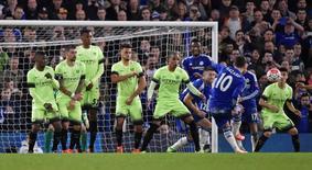 Eden Hazard marca gol de falta em vitória do Chelsea sobre o Manchester City. 21/02/2016 REUTERS/Toby Melville