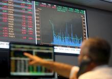 Una persona apunta a la pantalla de un ordenador en la Bolsa de Valores de Sao Paulo, ene 7, 2016.  La bolsa brasileña caía el martes a media sesión tras subir con fuerza en la víspera, presionada por la debilidad de los mercados financieros en el exterior, mientras que los operadores estaban atentos a los acontecimientos en la escena política local.   REUTERS/Paulo Whitaker