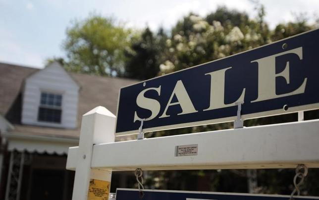 2月23日、1月の米中古住宅販売が0.4%増と、半年ぶりの高水準となった。写真はバージニア州に立つ住宅売り出しの看板。2010年7月撮影(2016年 ロイター/Molly Riley)