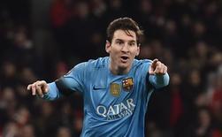 Lionel Messi, do Barcelona, comemora gol marcado contra o Arsenal pela Liga dos Campeões, em Londres. 23/02/2016 REUTERS/Toby Melville