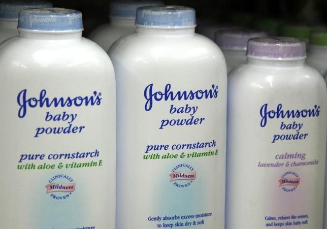 2月23日、米ミズーリ州巡回裁判所の陪審は、米日用品大手ジョンソン・エンド・ジョンソンが販売するタルクを原料とする衛生用品「ベビーパウダー」などの使用と関連のある卵巣がんで死亡した女性の家族に対し、7200万ドルの損害賠償を支払うよう命じた。写真は同社のベビーパウダー。コロラド州の店舗で2009年4月撮影(2016年 ロイター/Rick Wilking)