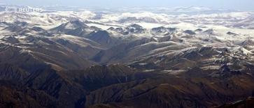 Вид на Гималаи из иллюминатора самолета, летящего над Непалом 9 ноября 2008 года. Небольшой самолет, перевозивший 21 человека, включая двух иностранцев, пропал на западе Непала, сообщил представитель аэропорта в среду. REUTERS/Desmond Boylan