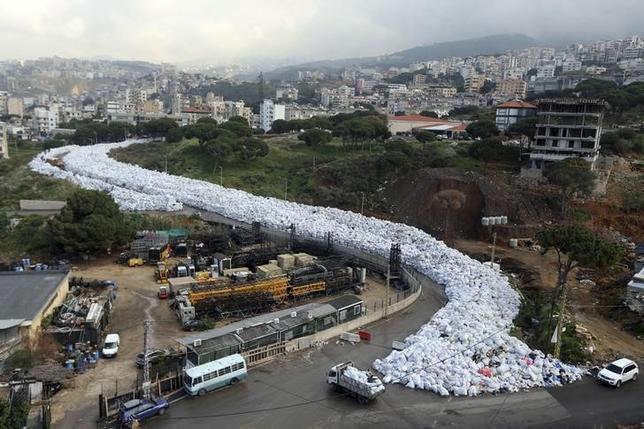 2月23日、レバノンの首都ベイルートで大量のごみ袋が積み重なり、さながら「ごみの川」を形成した(2016年 ロイター/Hasan Shaaban)