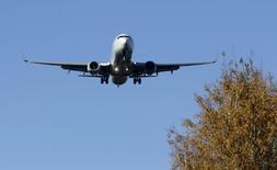 Airbus Group anunció el miércoles unos resultados en 2015 en línea con los pronósticos y presentó planes para revertir parte del recorte de producción de sus aviones A330, debido a una demanda más sólida que la prevista. En la imagen de archivo, un avión Airbus A330, de la compañía Turkish Airlines, sobrevuela el aeropuerto internacional de Riga, en Letonia, el 28 de octubre de 2015. REUTERS/Ints Kalnins