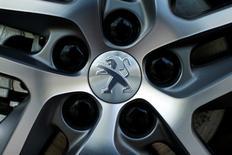 PSA Peugeot Citroën était la seule valeur en hausse à mi-séance de la Bourse de Paris, progressant de 0,18% vers 12h49. A la même heure, le CAC 40 cédait 2,3% à 4.140,88 points. /Photo d'archives/REUTERS/Benoît Tessier