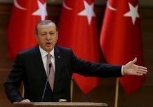 Президент Турции Тайип Эрдоган выступает с речью в Анкаре 26 ноября 2015. Турция опасается, что план России и США о прекращении боевых действий в Сирии даст преимущество войскам президента Башара Асада и его союзникам, не принеся ощутимых изменений для сирийской оппозиции, сказал в среду Эрдоган. REUTERS/Umit Bektas