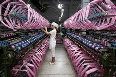 """En la imagen, un empleado trabaja al interior de una fábrica de seda en Neijiang, provincia de Sichuan. 3 de julio, 2013. Un alto funcionario del gobierno alemán dijo el miércoles que Berlín espera sostener """"discusiones intensivas"""" sobre las débiles perspectivas para el crecimiento de la economía global durante una reunión de los ministros de Finanzas del G20 en China esta semana. REUTERS/China Daily"""