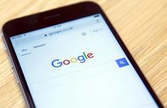"""Un comité de legisladores británicos criticó el miércoles un acuerdo fiscal entre Google y la hacienda británica por ser """"desproporcionadamente pequeño"""" y tachó de """"falsas"""" las explicaciones de la compañía sobre el asunto.  En la imagen, la página de inicio de Google en un teléfono en una tienda de Londres, Reino Unido, el 23 de enero de 2016. REUTERS/Neil Hall"""