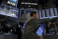 La Bourse de New York a ouvert en baisse de plus de 1% mercredi, dans le sillage du pétrole qui poursuit son repli de mardi après des déclarations du ministre saoudien du Pétrole écartant toute baisse de la production en vue de soutenir les cours du baril. L'indice Dow Jones perd 1,13% dans les premiers échanges, le Standard & Poor's 500 recule de 1,10% et le Nasdaq Composite cède 1,22%. /Photo prise le 19 février 2016/REUTERS/Brendan McDermid