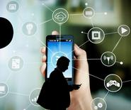 La décision des opérateurs télécoms d'utiliser le spectre de fréquences libres situées sur la même bande passante que les réseaux Wifi suscite des inquiétudes sur les risques d'interférences avec les appareils domestiques connectés. Le LTE-U est une bande de fréquence libre des 5 GHz également utilisée par les réseaux Wifi, peut être un moyen économique de répondre à l'explosion du trafic des données, en particulier dans la couverture intérieure des bâtiments. /Photo prise le 24 février 2016/REUTERS/Albert Gea