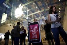 Un grupo de personas se reúne en una pequeña manifestación para respaldar la decisión de Apple de no ayudar al FBI a acceder al teléfono de un hombre involucrado en un tiroteo en que murieron 14 personas en San Bernardino, en Santa Mónica,California, el 23 de febrero de 2016. Casi la mitad de los estadounidenses apoya la decisión de Apple de oponerse a un tribunal federal que exige que desbloquee un teléfono avanzado que usó Rizwan Farook, uno de los autores del tiroteo de diciembre en San Bernardino, California, según una encuesta nacional online de Reuters e Ipsos. REUTERS/Lucy Nicholson