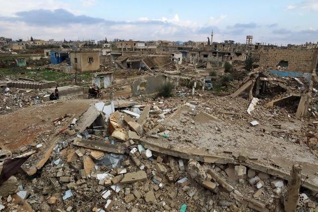 2月25日、シリア反体制派の主要組織「高等交渉委員会(HNC)」は24日、米ロが呼びかける敵対的行為の停止について、2週間の一時停戦に入る意向を示した。写真はシリア南西部のダルアーで23日撮影(2016年 ロイター/ Alaa Faqir)