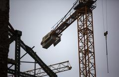 El grupo español de infraestructuras OHL dijo el jueves  que experimentó una reducción del 7,0 por ciento en el EBITDA (beneficio bruto de explotación) en 2015, lastrado por la división de concesiones. En la imagen, el logo de OHL en una grúa en un lugar en construcción en Madrid, 2 de marzo de 2015. REUTERS/Andrea Comas