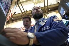 Wall Street abrió con una leve alza el jueves después de la publicación de un dato que mostró un aumento en la actividad manufacturera de Estados Unidos, en medio de una estabilización de los precios del petróleo. En la imagen, operadores trabajan en la Bolsa de Nueva York, el 24 de febrero de 2016. REUTERS/Brendan McDermid
