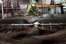 Un trabajador tostando café en una planta procesadora en Bogotá, mayo 14, 2012. La confianza empresarial en Colombia aumentó en enero por segundo mes consecutivo, impulsada por un mejor desempeño de los pedidos y mayores perspectivas de producción para el próximo trimestre, aunque disminuyeron las expectativas de inversión para este año, reveló el jueves una encuesta.  REUTERS/Fredy Builes