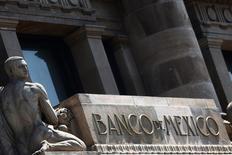 Una estatua en la entrada del Banco de México en Ciudad de México, ago 27, 2014. México amplió en 2015 el déficit en su cuenta corriente por el desplome en el valor de sus exportaciones petroleras y el estancamiento en el envío de otros bienes al exterior, en medio de una severa depreciación de la moneda.   REUTERS/Edgard Garrido