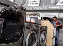 Una persona mirando lavadoras y secadoras en una tienda de la cadena Home Depot en Nueva York, jul 29, 2010. Los nuevos pedidos de bienes duraderos en Estados Unidos registraron en enero su mayor incremento en 10 meses debido a un repunte generalizado en la demanda, según un informe publicado el jueves, brindando una luz de esperanza para el golpeado sector manufacturero. REUTERS/Shannon Stapleton