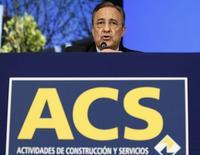 La constructora ACS volvió a apoyarse en sus negocios en el extranjero, que suponen más del 80 por ciento de sus ventas, para elevar su beneficio neto en 2015 en un 1,1 por ciento hasta 725 millones de euros. En la imagen de archivo, el presidente de ACS, Florentino Pérez, en una junta de la compañía en Madrid.  REUTERS/Sergio Perez
