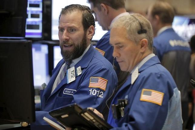 2月25日、米国株式市場は続伸した。原油価格の上昇を受け、銀行が債務不履行(デフォルト)で打撃を受けるとの懸念が和らぎ、金融株が買われた。ニューヨーク証券取引所で24日撮影(2016年 ロイター/Brendan McDermid)