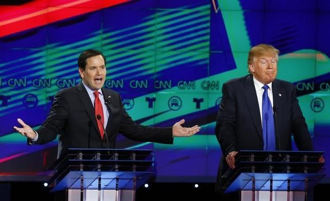 2月25日、11月の米大統領選に向けた共和党討論会が、南部テキサス州で開かれた。党指名争いでトップを走る不動産王ドナルド・トランプ氏に対して、2位の座を競うマルコ・ルビオ上院議員とテッド・クルーズ上院議員が、移民政策をめぐりトランプ氏を激しく批判した。写真はルビオ上院議員(左)とトランプ氏。テキサス州 ヒューストンで撮影(2016年 ロイター/Mike Stone)