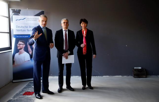 2月25日、ドイツ取引所とロンドン証券取引所グループの合併交渉では、過去の失敗に学んで政府や当局に周到な根回しを行っているかどうかが実現の鍵を握るとみられる。写真は同合併について話すドイツ証券取引所ケンゲター社長(左)。24日撮影(2016年 ロイター/Kai Pfaffenbach)