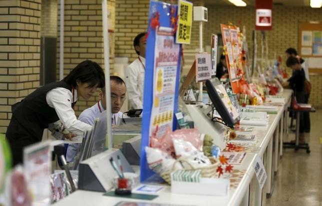 2月26日、郵政民営化委員会の増田寛也委員長は会見で、2015年国勢調査で初めて人口が減少したことや、ふくおかフィナンシャルグループと十八銀行の経営統合を踏まえ、地銀の経営統合は一つの有力な手段だ」と述べた。写真は都内の郵便局で昨年11月撮影(2016年 ロイター/Toru Hanai)