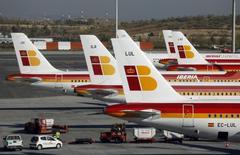 En el conjunto del año, IAG alcanzó un beneficio de las operaciones de 2.300 millones de euros (excluyendo Aer Lingus), un aumento del 65 por ciento sobre 2014 y en la parte superior del guidance facilitado (2.250 - 2.300 millones). Imagen de aviones de Iberia tomada en 2013.  REUTERS/Sergio Perez