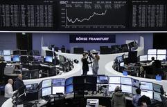 Las bolsas europeas ampliaban el viernes el fuerte repunte de la víspera, en línea con Wall Street y Asia, animadas por la fortaleza de los precios de los metales y algunas noticias alentadores de empresas europeas.  En la imagen, operadores en la Bolsa de Fráncfort, el 25 de febrero de 2016.     REUTERS/Staff/Remote