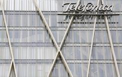 La multinacional española Telefónica quiere volver a mejorar sus ingresos en 2016 tras un duro 2015 en el que, aunque mejoró la parte alta de las cuentas, el Oibda y el beneficio sufrieron fuertes provisiones por el plan de bajas incentivadas y los fondos destinados a financiar a la Fundación Telefónica. En la imagen, el logo de la operadora en sus edificios de Barcelona el 26 de febrero de 2016. REUTERS/Albert Gea