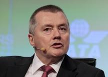 Willie Walsh, directeur général d'International Airlines Group. La maison-mère des British Airways, Iberia, Vueling et Aer Lingus s'attend à une croissance de 40% de ses profits cette année à 900 millions d'euros mais à un rythme moins soutenu qu'en 2015. /Photo d'archives/REUTERS/Joe Skipper
