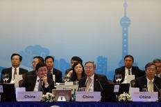 Ministro das Finanças chinês, Lou Jiwei (esquerda), presidente do BC chinês, Zhou Xiaochuan (centro), e vice-presidente do Banco do Povo da China, Yi Gang (direita), em encontro do G20 em Xangai. 26/02/2016 REUTERS/Aly Song