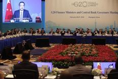 Premiê chinês Li Keqiang aparece em telão durante discurso em cerimônia de abertura de evento do G20 em Xangai. 26/02/2016 REUTERS/Aly Song