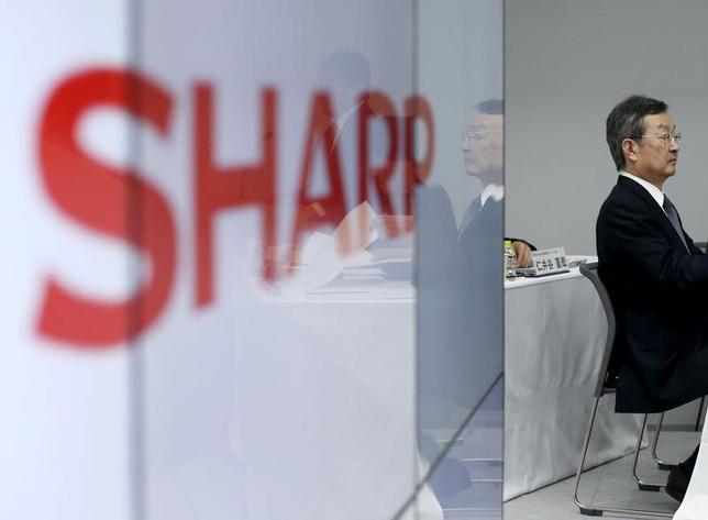 2月26日、シャープと鴻海精密工業はシャープ支援案の優先交渉権について交渉期限を1─2週間程度延長することで合意した。写真は会見するシャープの高橋社長。2月4日撮影。(2016年 ロイター/Yuya Shino)