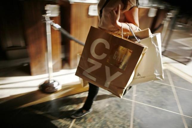 2月26日、1月の米個人消費支出は前月比0.5%増と底堅く伸びた。写真はロサンゼルスのショッピングモールの買い物客。2013年11月撮影。(2016年 ロイター/Lucy Nicholson)
