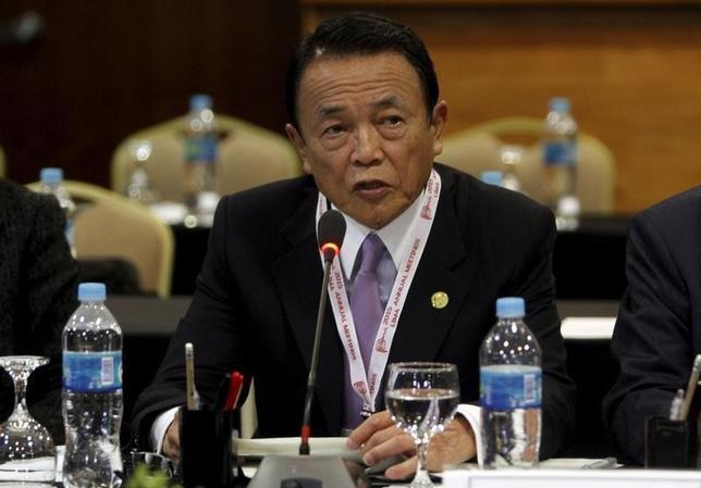 2月26日、麻生太郎財務相は上海で開催のG20財務相・中銀総裁会議初日の討議後、世界経済は緩やかな回復に向かっているが、市場変動で不確実性が高まっていると述べた。写真は昨年10月撮影。(2016年 ロイター)