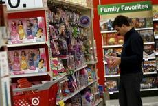Una persona revisando juguetes en una tienda de la cadena Target en Chicago, EEUU, nov 27, 2015. El gasto del consumidor subió con fuerza en enero y la inflación subyacente registró su mayor avance en cuatro años en Estados Unidos, manteniendo viva la posibilidad de que la Reserva Federal realice más alzas de tasas de interés este año.  REUTERS/Jim Young