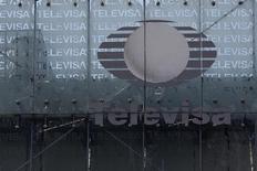 El logo de la firma mexicana de medios y telecomunicaciones Grupo Televisa en su casa matriz de Ciudad de México, abr 29, 2014. La firma mexicana de medios y telecomunicaciones Grupo Televisa, del magnate Emilio Azcárraga, prevé mantener en el 2016 un nivel de inversiones de capital similar al del año pasado, enfocado principalmente en su lucrativo negocio de telecomunicaciones, dijo el viernes uno de sus principales ejecutivos.  REUTERS/Tomas Bravo