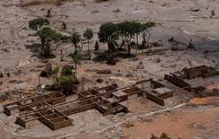 Destroços da escola municipal do distrito de Bento Rodrigues, que foi coberto por lama após o rompimento de barragem da Samarco em Mariana. 10 de novembro de 2015. REUTERS/Ricardo Moraes/Files