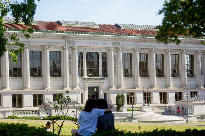 A couple sits in front of Doe Library at the University of California at Berkeley in Berkeley, California May 12, 2014.    REUTERS/Noah Berger